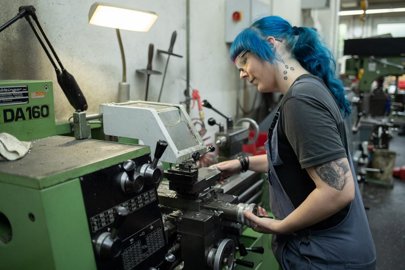 Frau bedient Maschine, Profiltech