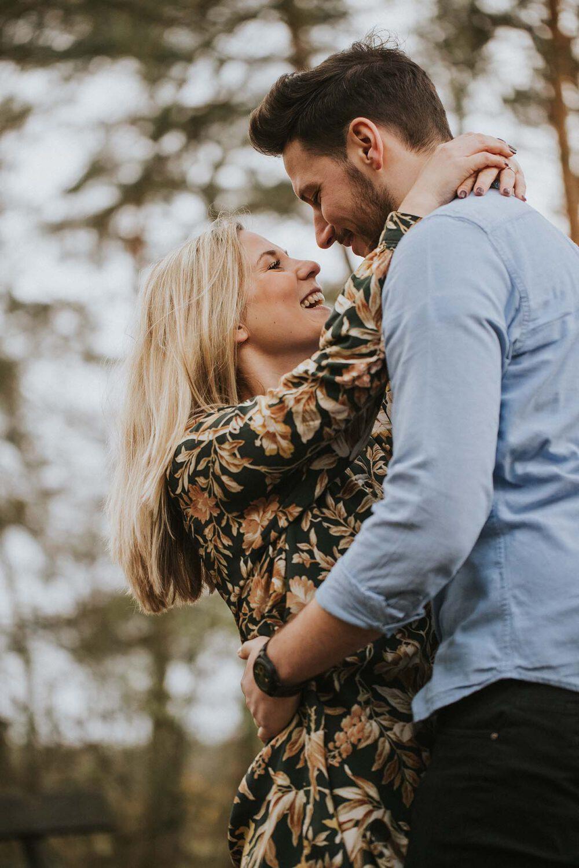 Verlobungsshooting, Verlobungsportrait, Paarbilder, Mannheim, Einladungskarte Hochzeit, Wald, Umarmung, Verliebt, Engagement-Shooting
