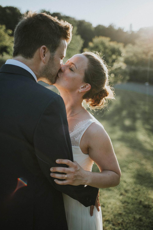 Hochzeitspaar, Kuss, Sonnenuntergang, Hochzeitsreportage, Pforzheim, Mannheim, Reflektion, Hochzeitsportrait